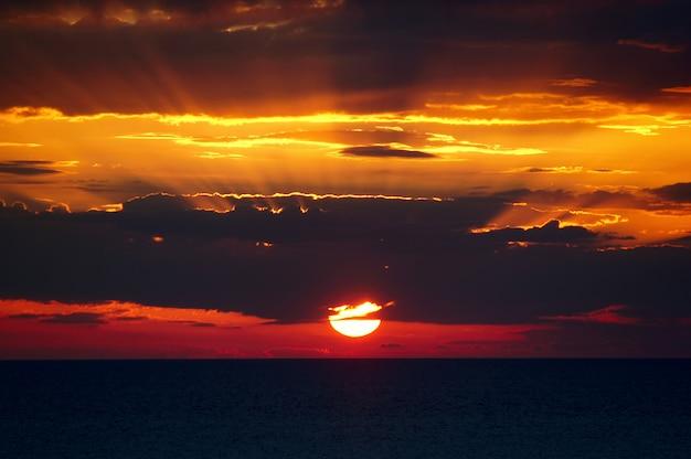 Kleurrijke zonsondergang over de zwarte zee.