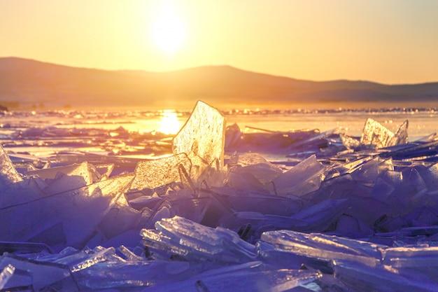 Kleurrijke zonsondergang over het kristalijs van het meer van baikal