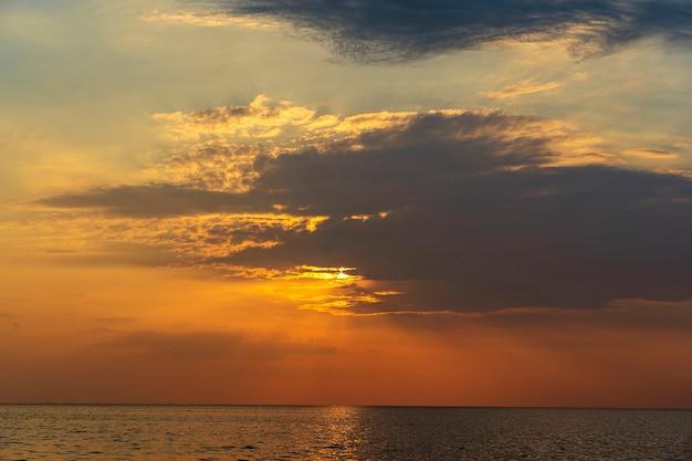 Kleurrijke zonsondergang over kalm zeewater in de buurt van tropisch strand. zomer vakantie concept. eiland koh phangan, thailand