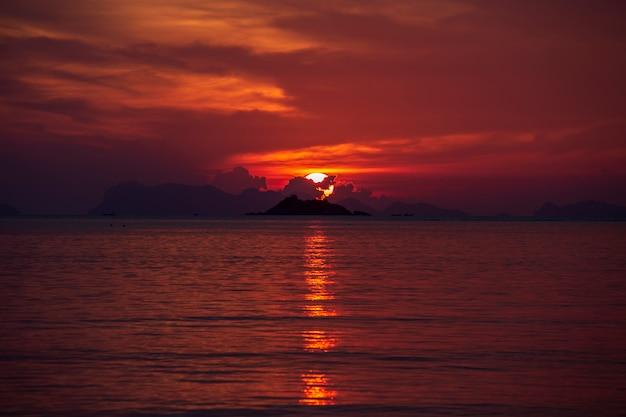 Kleurrijke zonsondergang over kalm zeewater.