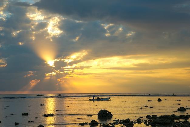 Kleurrijke zonsondergang over oceaan op de maldiven