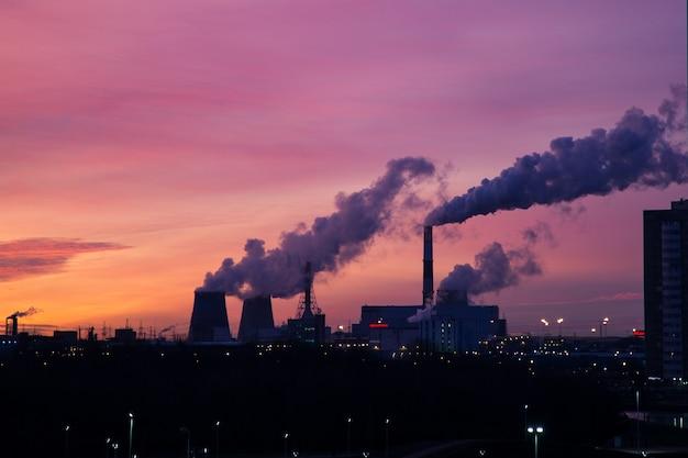 Kleurrijke zonsondergang over thermische krachtcentrale