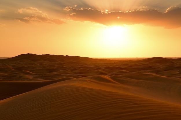 Kleurrijke zonsondergang over woestijn en zandduinen op hatta, dubai, verenigde arabische emiraten
