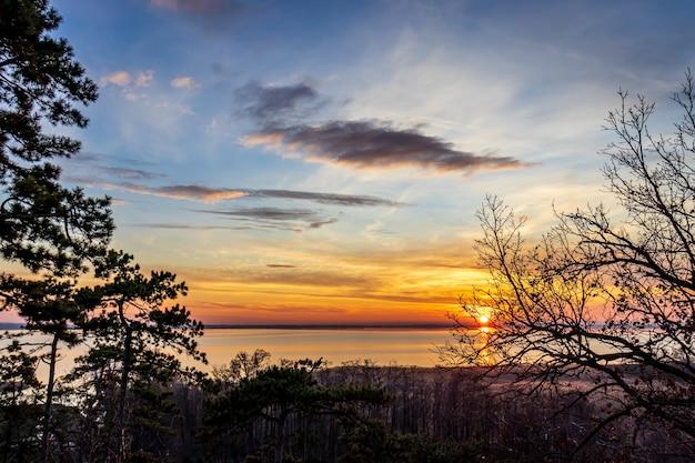 Kleurrijke zonsondergang vanaf vonyarcvashegy aan het balatonmeer