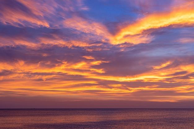 Kleurrijke zonsonderganghemel over de oceaan met dramatische wolkenvorming