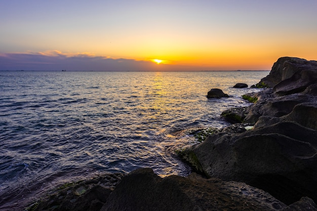 Kleurrijke zonsopgang aan de zeekust