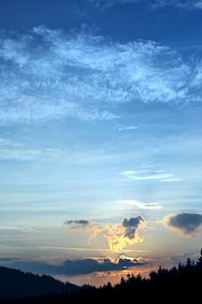 Kleurrijke zonsopgang bij natuurlijk landschap