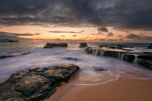 Kleurrijke zonsopgang van sandy beach, oahu, hawaii usa