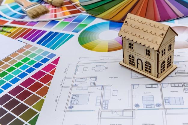 Kleurstaal met houten huismodel close-up