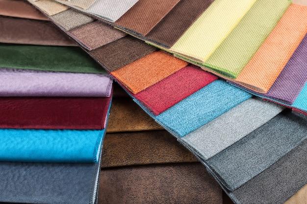 Kleurstalen van de meubelstof in het assortiment