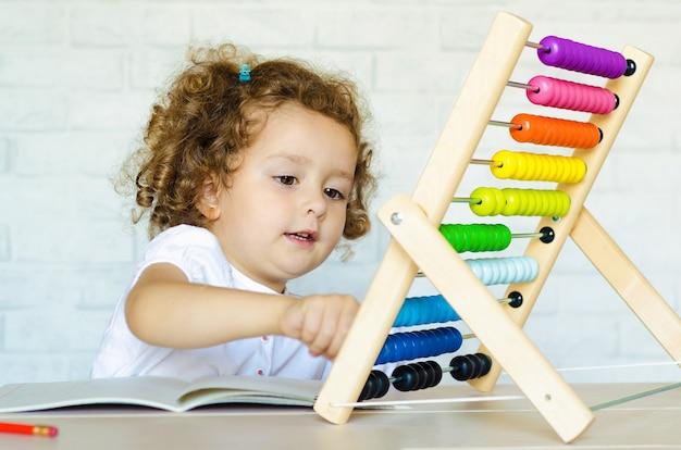 Kleuter kind leert tellen