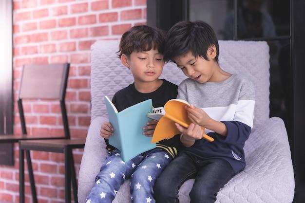 Kleuterschool jongensvrienden lezen samen boeken