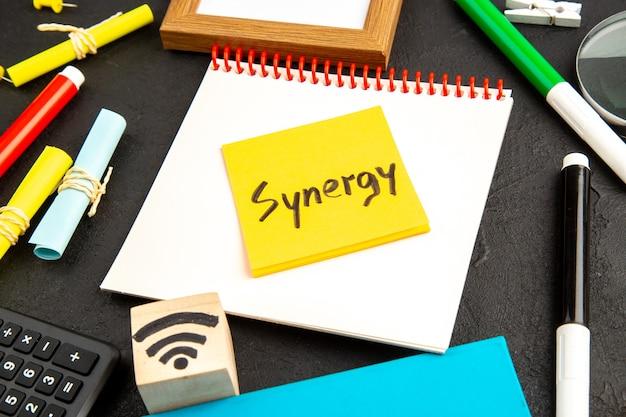 Kleverige nota met het woord synergy