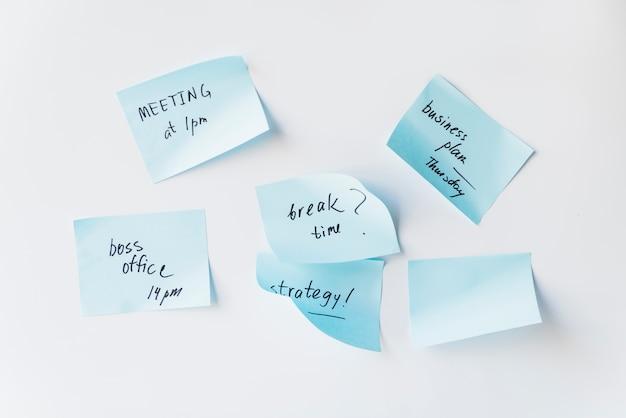 Kleverige nota's met plannen op whiteboard