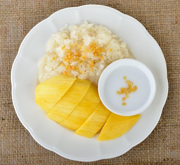 Kleverige rijst met mango's met kokosmelk