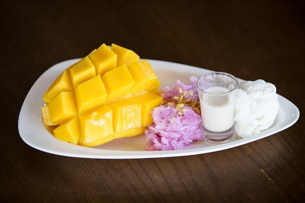 Kleverige rijstmango met kokosmelk.