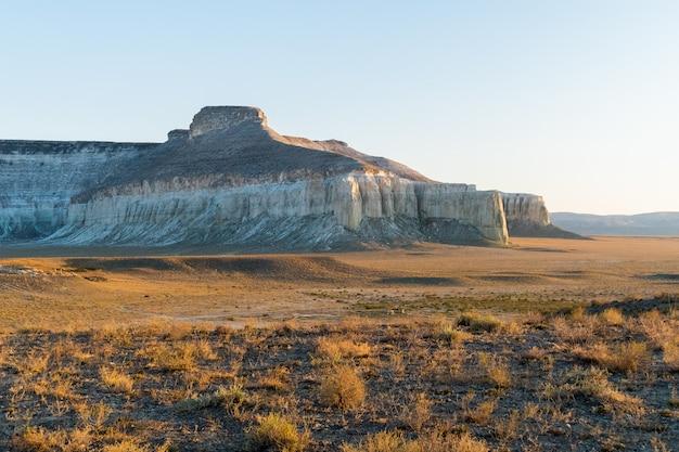Klif aan de rand van het ustiurt-plateau, kazachstan.