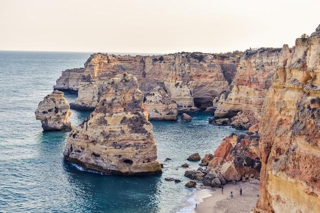 Kliffen die overdag uit het water steken
