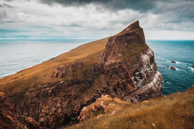 Kliffen en het dorp op het eiland mykines, faroe.