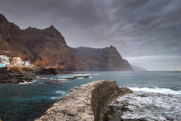 Kliffen en uitzicht op de oceaan in ponta do sol, santo antao eiland, kaapverdië