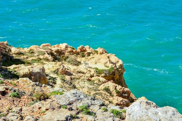 Kliffen in benagil, dorp van de portugese algarve