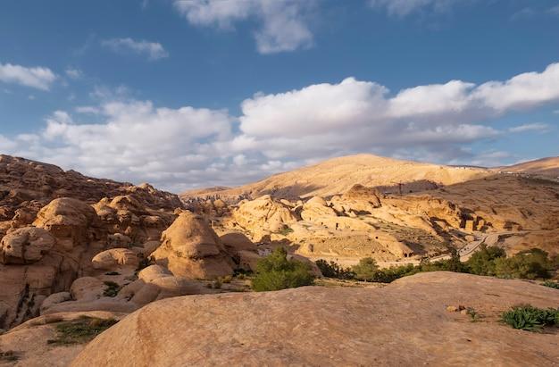 Kliffen van lichte kalksteen in de hete woestijnbergen in de buurt van de stad wadi musa in het petra national park in jordanië
