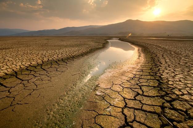 Klimaatverandering rivier droogt in de zomer