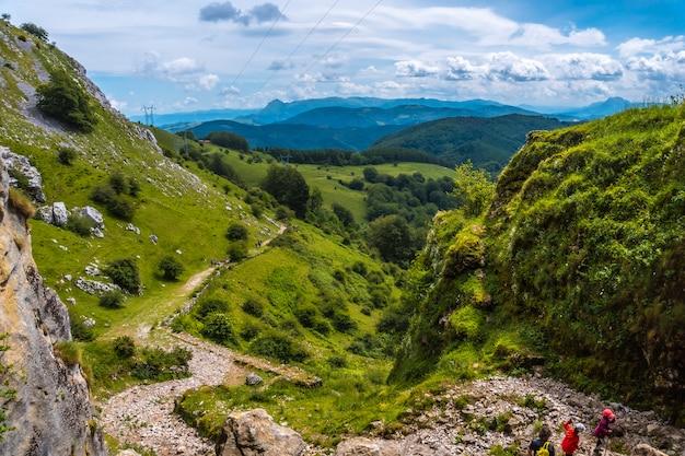 Klimpad naar de grot van san adrian. mount aizkorri 1523 meter, de hoogste in guipuzcoa. baskenland. klim door san adrian en keer terug door de oltza-velden