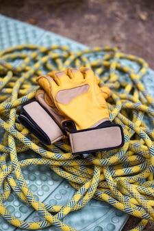 Klimuitrusting. uitrusting om te klimmen: touw en handschoenen. extreme bergbeklimmers