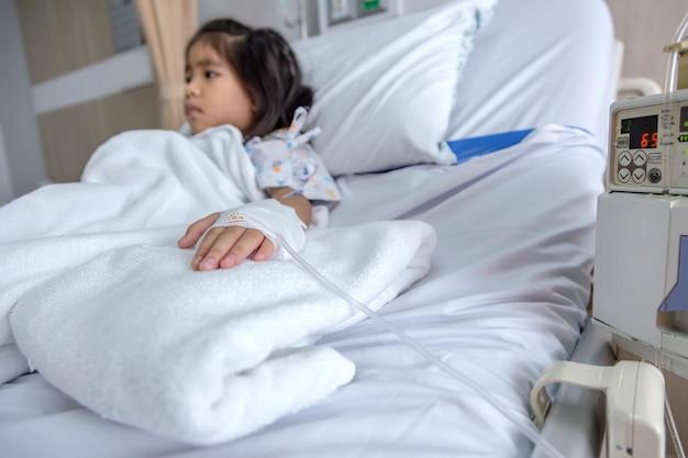 Kliniek genezen kind vloeistoffen intraveneus voor bloed