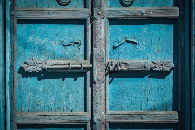 Klink met hangslot op deur in india