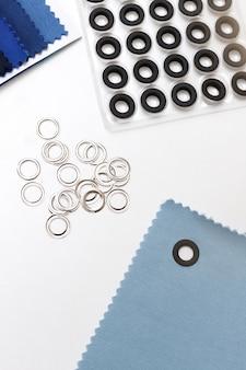 Klinknagels, stof op een witte tafel