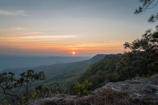 Klip met licht van de zonsondergang, phukradueng thailand