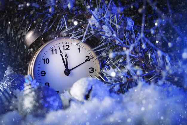 Klok die het uitgaande jaar aangeeft horizontale kerst achtergrond