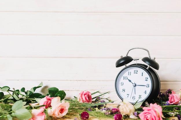 Klok en bloeiende bloemen assortiment