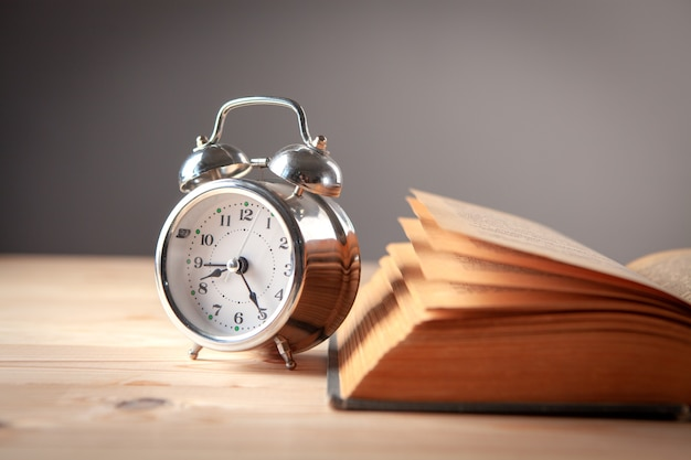 Klok en boek op tafel