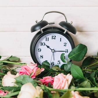 Klok en mooie rozen