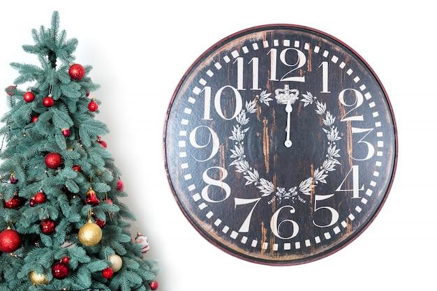 Klok en versierde kerstboom