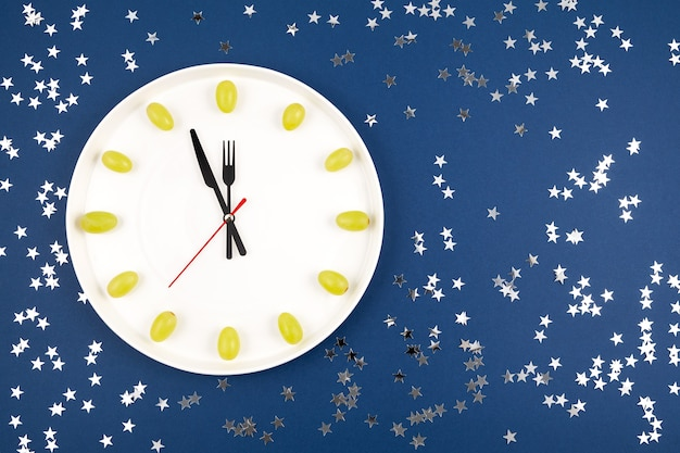 Klok gemaakt van druiven spaanse nieuwjaarstraditie om twaalf 12 druiven te eten voor geluk om middernacht