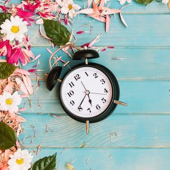 Klok in bloemen en bloemblaadjes
