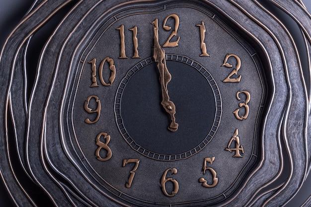 Klok in retrostijl met kromgetrokken vorm met goudachtige cijfers die één minuut tot middernacht aangeven