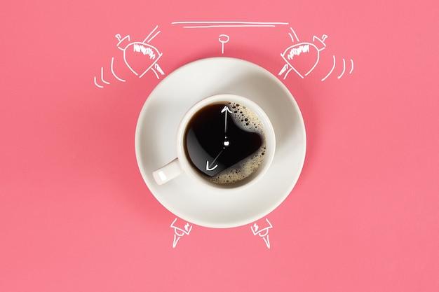 Klok kopje verse espresso met klok teken op roze achtergrond