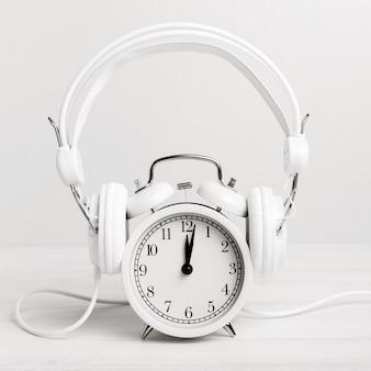 Klok luisteren muziek via een koptelefoon