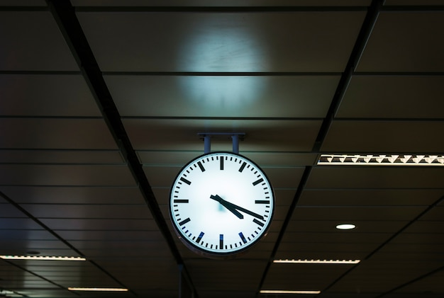 Klok op een treinstation
