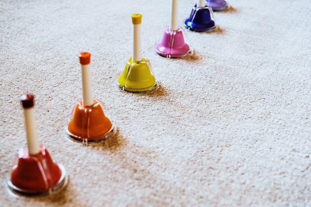 Klokken van montessori muzikale kleuren om muziek aan kinderen te onderwijzen.