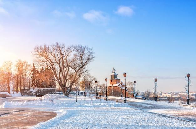 Klokkentoren en lichten in het kremlin van nizhny novgorod