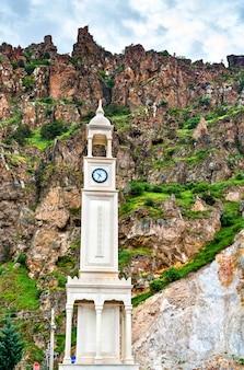 Klokkentoren in torul, provincie gumushane in het noorden van turkije