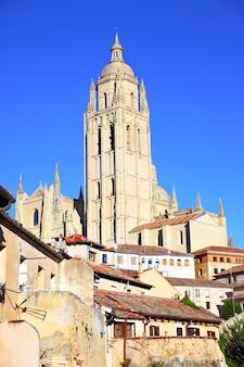 Klokkentoren van de kathedraal in segovia, spanje