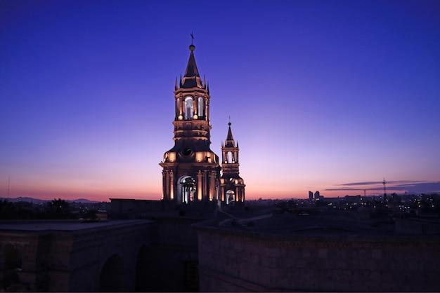 Klokkentoren van de kathedraal van arequipa in peru