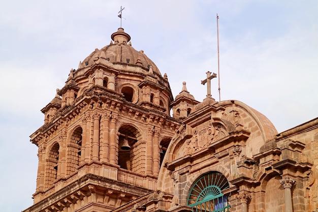 Klokkentoren van de kerk van onze-lieve-vrouw van barmhartigheid of iglesia de la merced in cusco, peru